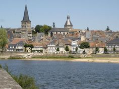 La Charité-sur-Loire et ses deux clochers au sein de l'ensemble prieural Notre-Dame !
