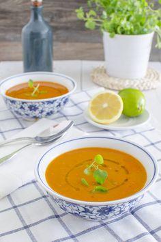 Probamos por primera vez esta sopa turca de tomate y lentejas hace ya muchos años en unas mini-vacaciones de invierno en Estambul, fue el primer viaje que Raúl y yo