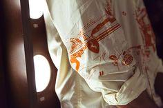 Chemise 1970 popeline coton sérigraphie 'MONACO'  © Plume Heters Tannenbaum / Suite 4.48 Elika Bavar hair & make-up Paul Belmondo  Musée Paul-Belmondo, ville de Boulogne-Billancourt (l'Officiel)