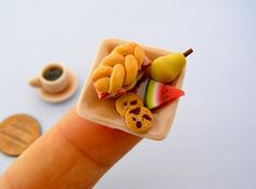 Tel Aviv-based artist Shay Aaron sculpts incredibly realistic and super tiny food miniatures out of polymer clay, in scale. Tiny Food, Fake Food, Miniature Crafts, Miniature Food, Sweet Station, Food Sculpture, Clay Sculptures, Little Lunch, Polymer Clay Miniatures