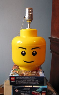 LEGO Minifigure Storage Head Lamp Conversion Guide for building a simple desk or table lamp for your Room or bedroom using a small Storage Head Lego Pokemon, Diy Table, Table Lamp, Desk Lamp, Lego Table, Chandeliers, Lego Bedroom, Minecraft Bedroom, Bedroom Furniture
