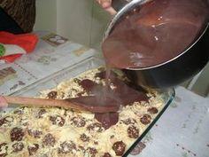 Ingredientes: 1º Creme 1 Lata de leite condensado 2 Latas de leite (medida da lata) 3 Gemas 2 Colheres de amido de milho dissolvido em 1/2 lata de leite Modo de fazer: Em uma panela misture o leite condensado, o leite e as gemas e leve ao fogo...