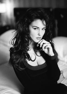 Monica Bellucci: Steal Her Style - Vicki Archer Monica Bellucci Photo, Monica Belluci, Most Beautiful Women, Beautiful People, Steal Her Style, Robin Wight, Non Blondes, Italian Actress, Italian Beauty