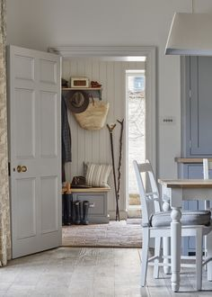 36 Outstanding Rustic Cottage Decor - Modern Cottage Back Door Entrance And Mud Room Cottage Modern Cottage, Rustic Cottage, Back Door Entrance, House Entrance, Entrance Halls, Country Interior, Cottage Doors Interior, Room Doors, Cottage Design