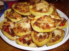 Do hrnce dáme brambory, osolíme a uvaříme, tak aby se nám nerozpadly a necháme vychladit. Oloupáme, opatrně ro...