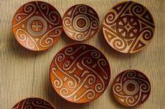 Ceramica din cultura Cucuteni este unică în Europa, găsindu-se unele asemănări, destul de pregnante, doar între ceramica Cucuteni și o ceramică dintr-o cultură neolitică din China. Între cele două culturi este o distanță de timp foarte mare, cea din China apărând după circa un mileniu față de cea de la Cucuteni.  Pe ceramica Cucuteni predomină decorul în spirală, cu numeroase variante și combinații. S-au găsit și figuri feminine cu torsul plat, decorate cu motive geometrice.