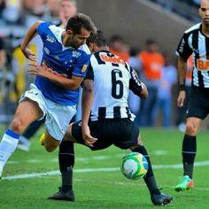 Everton Ribeiro in action against Atlético Mineiro. • Cruzeiro 0x0 Atletico. April 13, 2014.