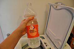 linge doux - remplacer adoucissant : le vinaigre blanc Exit les adoucisseurs chimiques hors de prix, on opte pour le vinaigre blanc. Pour des serviettes toutes douces, on remplace l'adoucissant par 2 cuillères à soupe de vinaigre, sans odeur et plus écologique. Une astuce de grand-mère indémodable et efficace. Cleaning Hacks, Cleaning Supplies, Spray Bottle, Water Bottle, Drink Bottles, Good To Know, Life Hacks, Diy, Sprays