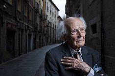 "El País. Muere el pensador Zygmunt Bauman, 'padre' de la ""modernidad líquida"" Professor, Over Thinking, Everything Everything, Tired Of People, The Thinker, Living Alone, Words, Circus Elephants, Portraits"