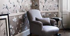 Die Tapete Saphira Blush ist ein einzigartiger Eye-Catcher für Ihre Wand! Das großflächige, florale Design mit den großen Blüten wird von den zarten Metalliktönen unterstützt.