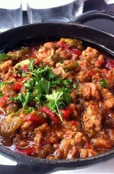 A typical Basque dish prepared with mashed veal, onions, tomatoes sauté and flavoured with red Espelette pepper. Basque Food, Veal Recipes, Food Presentation, Food Porn, Food And Drink, Yummy Food, Stuffed Peppers, Dishes, Ideas