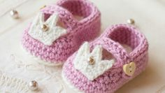 Exclusive FREE Princess Charlotte booties pattern • Pattern is made for 0 – 6 months old. Changes for size 6- 12 months are in [ ]. - by LoveCrochet Blog