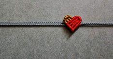 Vamos a realizar un pequeño corazón en macramé. el cual encontré hace mucho tiempo en la web, y quiero compartirlo con ustedes.   Materiale...