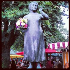 @ Viktualienmarkt, Munich. Just love statues where someone added flowers!