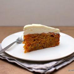 Der Carrot Cake mit Cream Cheese Frosting ist ein saftiger Rüblikuchen mit gehackten und gemahlenen Mandeln und wird mit Frischkäsecreme bestrichen.