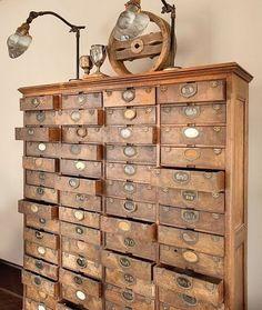 Det finns ett sug bland inredare efter äldre förvaringsskåp. Gamla apoteks, järnhandels, köpmans och biblioteksskåp blir inte stående länge ...
