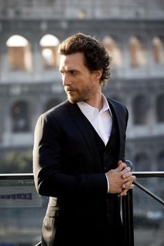 L'attore Matthew McConaughey davanti al Colosseo (Ansa)