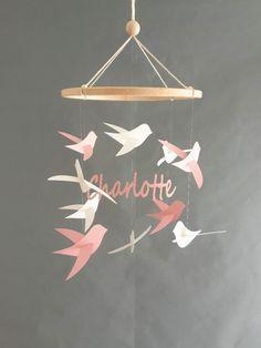 Mobile bébé personnalisable Oiseaux et prénom sur cercle en bois Cadeau de naissance Mobile pour berceau Décor de chambre Decoration, Baby Crib Mobile, Bird Mobile, Decor, Deko, Embellishments, Decorating, Dekoration, Dekorasyon