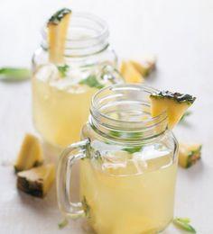 ANANAS INGWER LIMO 10g Ingwer schälen, reiben mit 250 ml Ananas-Saft, Saft von ½ Zitrone und 1 EL braunem Zucker verrühren. Mit geriebenem Muskat würzen. Eiswürfel ins Glas, mit Saft bedecken. Alles mit Mineralwasser auffüllen und mit Ananas-Spalten dekorieren. Mmh!