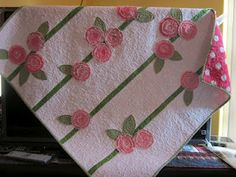 Lazy Daisy Cottage- applique circles that are ragged on the edges. This is quick but sooo cute! I love this idea. Diy Quilting Projects, Quilting Designs, Sewing Projects, Quilt Design, Quilt Tutorials, Quilting Ideas, Big Block Quilts, Small Quilts, Cute Baby Gifts