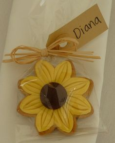 Cookie Wedding Favour I will have to use the cookies cutter Diane got me!I will have to use the cookies cutter Diane got me! Sunflower Birthday Parties, Sunflower Party, Sunflower Baby Showers, Sunflower Wedding Favors, Sunflower Cake Ideas, Sunflower Centerpieces, Cookie Wedding Favors, Bridal Shower Favors, Wedding Sweets
