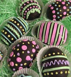 Huevos de Pascua, de chocolate decorados con pastillería.