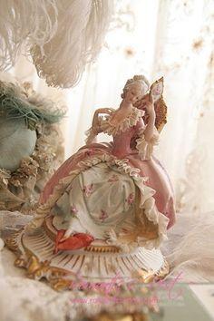 Porcelana - (via Dresden bayan Dresden Porcelain, Fine Porcelain, Porcelain Ceramics, Porcelain Tiles, Delft, Dresden Dolls, Half Dolls, Kitsch, Porcelain Jewelry