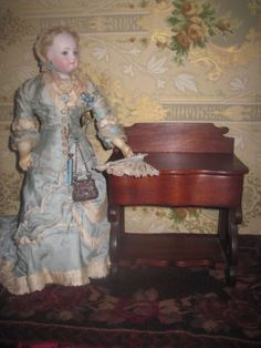 GORGEOUS-ANTIQUE-MINIATURE-FRENCH-FASHION-DOLL-SEWING-TOILETTE-CABINET-TABLE