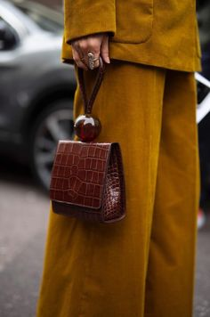 Fall weather fashion looks, vintage brown purse, mustard pants Looks mode automne, sac marron vintage, pantalon moutarde Look Fashion, Fashion Bags, Autumn Fashion, Fashion Accessories, Brown Fashion, Fashion Handbags, Brown Purses, Brown Bags, Prada Handbags