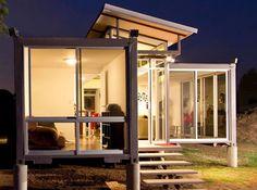 Die-Wohngalerie: Raffinierter Container-Bau mit bodentiefen Fenstern