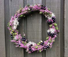 Efterårspynt med lyng fx. med en smuk dørkrans bundet af lyng, rensdyrlav, surbær og ellekogler --- Door wreath, autumn wreath. Danish Christmas, Country Wreaths, Dried Flowers, Hygge, Seasonal Decor, Floral Wreath, Colours, Autumn, Seasons