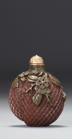 A CINNABAR-RED AND OLIVE-GREEN LACQUER 'PEACH' SNUFF BOTTLE<br>QING DYNASTY, QIANLONG / JIAQING PERIOD | lot | Sotheby's