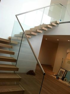 Floating oak treads supporting a glass balustrade