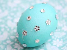 Decorating easter eggs with Rhinestones #DIY #easter #eggs #Eastereggs #decorating