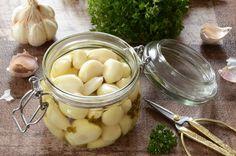 Pickles d'ail au vin blanc, une préparation de conserves d'ail qui se gardera quelques semaines au réfrigérateur et agrémentera de nombreux plats ! Pickles, Entrees, Cucumber, Garlic, Vegetables, Food, Olives, Netflix, Google