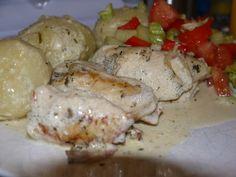 Så jäkla god mat att vi åt så vi nästan sprack, det var länge sedan jag åt en sån stor och stadig middag, det var värt att vänta på den kan jag lova! Här nedan har ni receptet för er andra som vill prova denna goda rätt!! Mannerströms kycklingrullader (4 portioner) 4 st kycklingfiléer 1 gul lök 1 pkt bacon 2 msk fransk senap (jag använde endast 1 msk) ca 1 dl hackad persilja 5 dl kycklingbuljong (5 dl hett vatten + 2 msk fond) 1 dl creme fraiche 2 dl grädde 1 msk smör salt och svartpeppar…