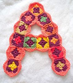 instructions on crochet letters - open in Chrome for translation from Dutch Crochet Alphabet, Crochet Letters, Crochet Stars, Crochet Blocks, Love Crochet, Crochet Granny, Crochet For Kids, Crochet Baby, Crochet Motif Patterns