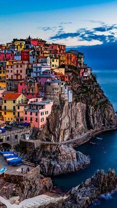 Cinque Terre, Italie. https://www.maritima-sailing.fr/mediterranee/location-voilier-catamaran-italie-cinque-terre#informations