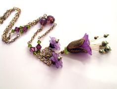 Colgante de collar de flores adornado púrpura verde ArtfulTrinkets1 por