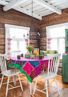 22 neliön talvinen minimökki   Meillä kotona Scandinavian Cottage, Scandinavian Style, Cabin Interiors, Porch Swing, Cottage Style, My Dream Home, Home And Living, Sweet Home, Outdoor Decor