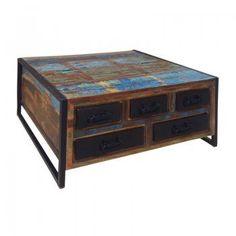Een vierkante salontafel met een unieke look