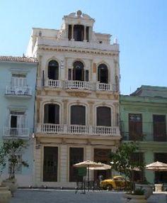 Fachada de estilo colonial en el entorno de una tranquila plaza muy próxima a lugares emblemáticos de la ciudad Cuba, Plaza, Notre Dame, Colonial, Building, Places, Style, Buildings, Construction