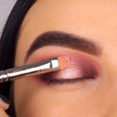 Easy Makeup Tips to Make You Look Gorgeous! make up videos Easy Makeup Tips to Make You Look Gorgeous! Prom Eye Makeup, Halloween Eye Makeup, Makeup Eye Looks, Simple Makeup Looks, Skin Makeup, Eyeshadow Makeup, Makeup Brushes, Beauty Makeup, Eyebrow Makeup Tips