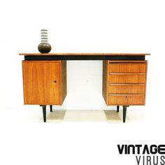 [:en]Vintage design desk Pastoe[:nl]Vintage design Pastoe bureau van teakhout met zwarte poten uit de jaren '60