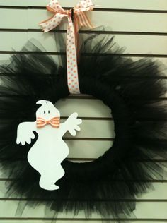 Halloween Wreath made with black tulle. Used halloween cotton material for kids craft at party Holidays Halloween, Halloween Crafts, Happy Halloween, Halloween Decorations, Halloween Wreaths, Halloween Clothes, Halloween Designs, Halloween Halloween, Fall Crafts
