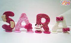nome realizzato in fimo per una nascita. ogni letterina ha il suo supporto Clay Figurine, Biscuit, Clay Design, Fimo Clay, Pasta Flexible, Gum Paste, Fondant, Letters, Polymers