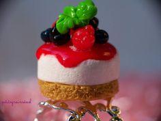 Bague Cheesecake miniature et coulis aux fruits rouges. - petitsgrainsdecel.com