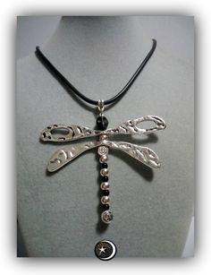 Colgante en forma de libelula entrepiezas de zinc en plateadas y negras y calavera de Howlite negra  Cordon de caucho negro