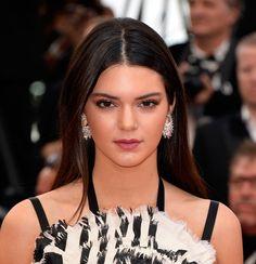 Kendall Jenner en Chopard cérémonie d'ouverture http://www.vogue.fr/joaillerie/red-carpet/diaporama/les-plus-beaux-bijoux-du-festival-de-cannes-2014-parures-haute-joaillerie-diamants/18735/image/1000324#!kendall-jenner-en-chopard-ceremonie-d-039-ouverture