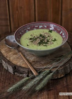 Crema fría de pepino +aguacate 200 gr+agua fría 150 + hielo ajo 1 + zumo de limón + AOVE + sal + pimienta + perejil y sésamo Veggie Recipes, Mexican Food Recipes, Vegetarian Recipes, Cooking Recipes, Healthy Recipes, Gazpacho, Antipasto, Caviar D'aubergine, Cold Meals